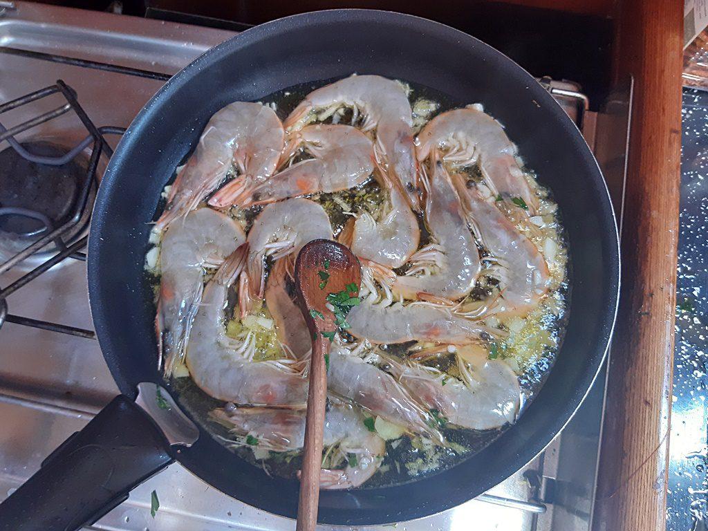 krevety, krevety na olivovém oleji, krevety s česnekem, olivový olej, petrželová nať, vaření na dovolené, vaření na plachetnici, vaření na lodi, úprava krevet