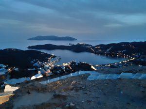 dovolená na plachetnici, ostrpv Ios, přístav na ostrově Ios, dovolená na lodi, plavba na lodi, dovolená v Řecku, plachetnice, charter v Řecku